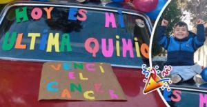 Pequeño celebra el fin de su tratamiento con globos y carteles coloridos