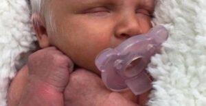Nace un bebé con cabello blanco que parece un ángel, es muy bello